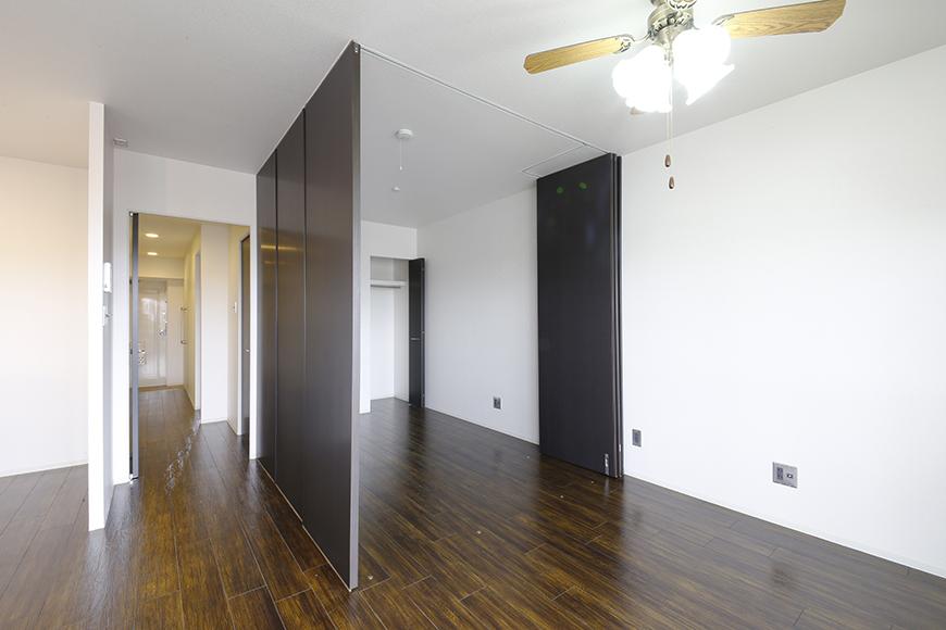 4帖の洋室を囲う壁は可動式の間仕切りパネルによるもの!自由に創り出せます_MG_5007