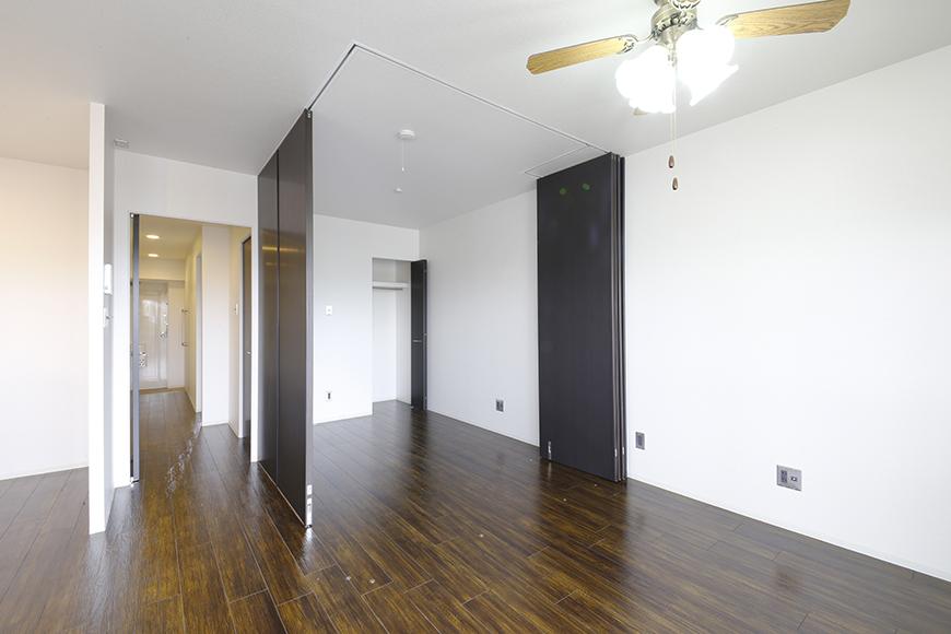4帖の洋室を囲う壁は可動式の間仕切りパネルによるもの!自由に創り出せます_MG_5008