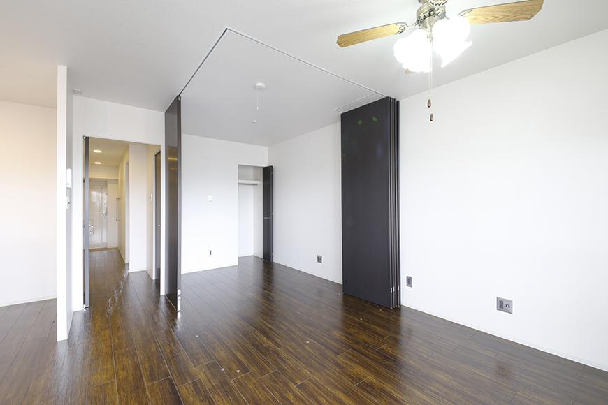 4帖の洋室を囲う壁は可動式の間仕切りパネルによるもの!自由に創り出せます_MG_5009
