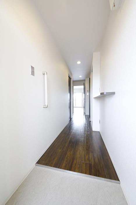 手すり、棚の設置されたキレイな玄関、廊下です_MG_5048