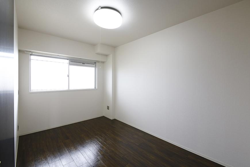 お部屋全体のトーンは白黒を基調としており、そこに重厚感あふれるフローリング☆_MG_5126