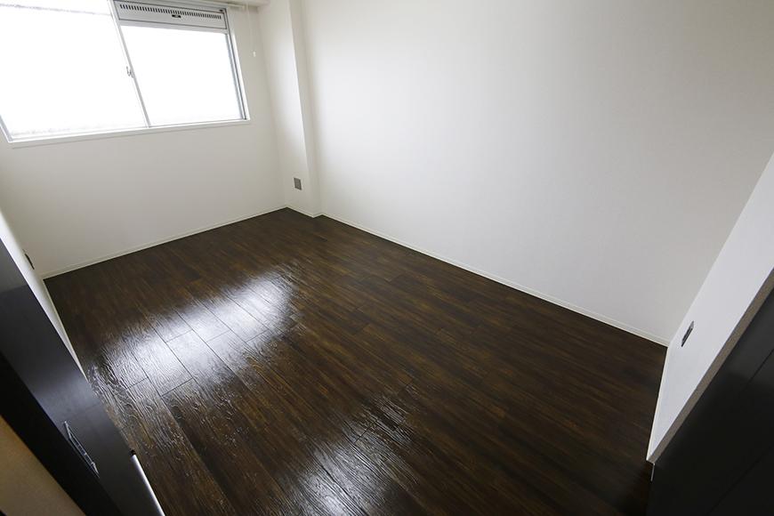 お部屋全体のトーンは白黒を基調としており、そこに重厚感あふれるフローリング☆_MG_5129