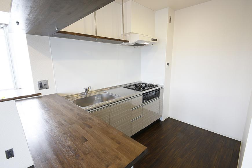 素敵な対面キッチンの頭上には、吊り下げ型の収納棚となっております!_MG_5161