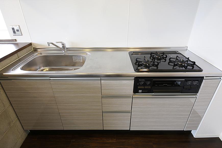 ピッカピカのシステムキッチン!  3口のコンロで料理の手際やバリエーションがますますアップ?!_MG_5174