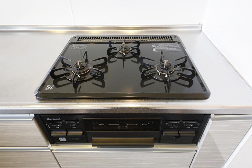 ピッカピカのシステムキッチン!  3口のコンロで料理の手際やバリエーションがますますアップ?!_MG_5209