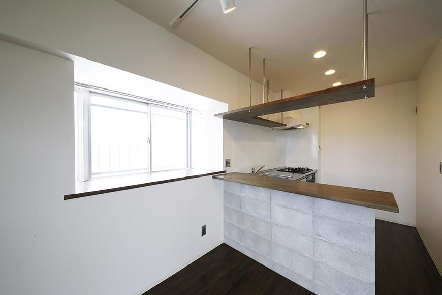 キッチンそばの窓は出窓になっております!  ただの明かりとりではありません♪_MG_5296