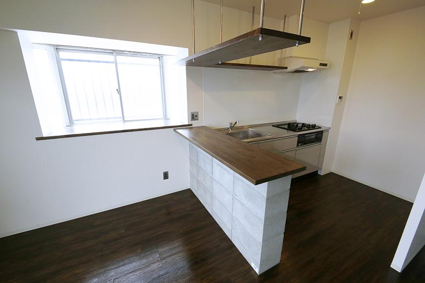 素敵な対面キッチン、吊り下げ型の収納棚となっております!_MG_5316