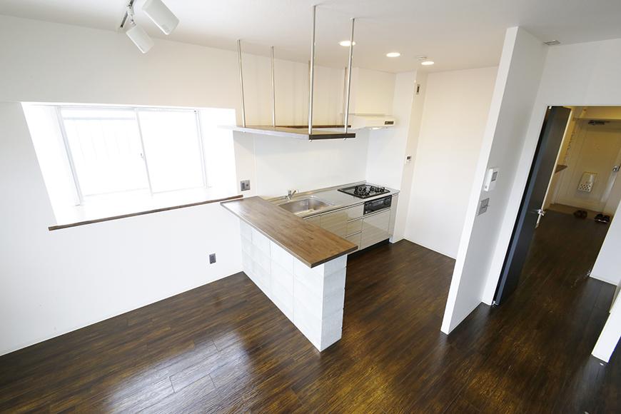 素敵な対面キッチン、吊り下げ型の収納棚となっております!_MG_5327