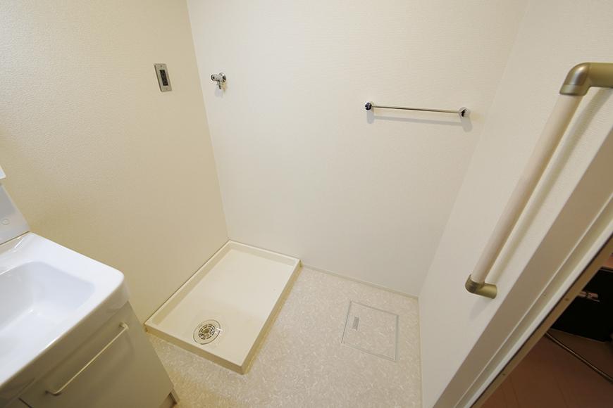 バスルーム手前にも手すりがあり、  しっかりと配慮された作りになっております!_MG_5453