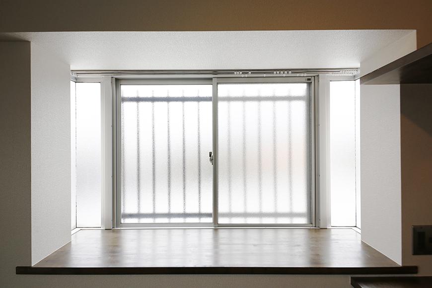 キッチンそばの窓は出窓になっております!  ただの明かりとりではありません♪_MG_5460