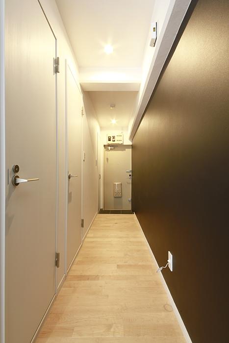 シンプル・モダンな壁、足もとには温もりのあるフローリングの玄関です_MG_8281
