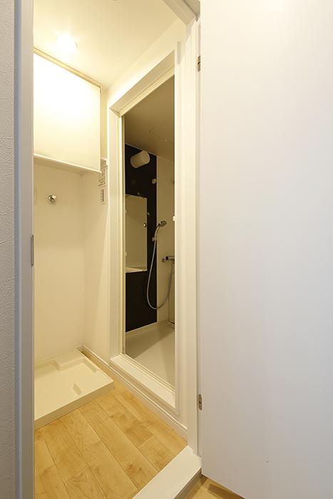 向かって右手のドアの先は、室内洗濯機置き場とバスルーム♪_MG_8328