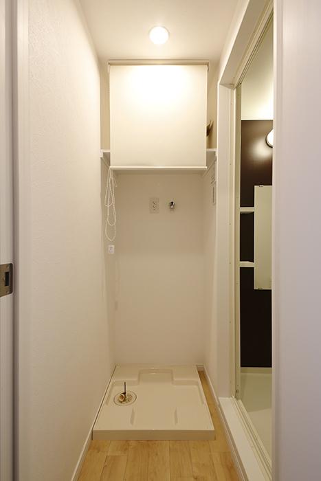 室内洗濯機置き場です!  上の棚にはロールカーテンで目隠しの配慮☆_MG_8344