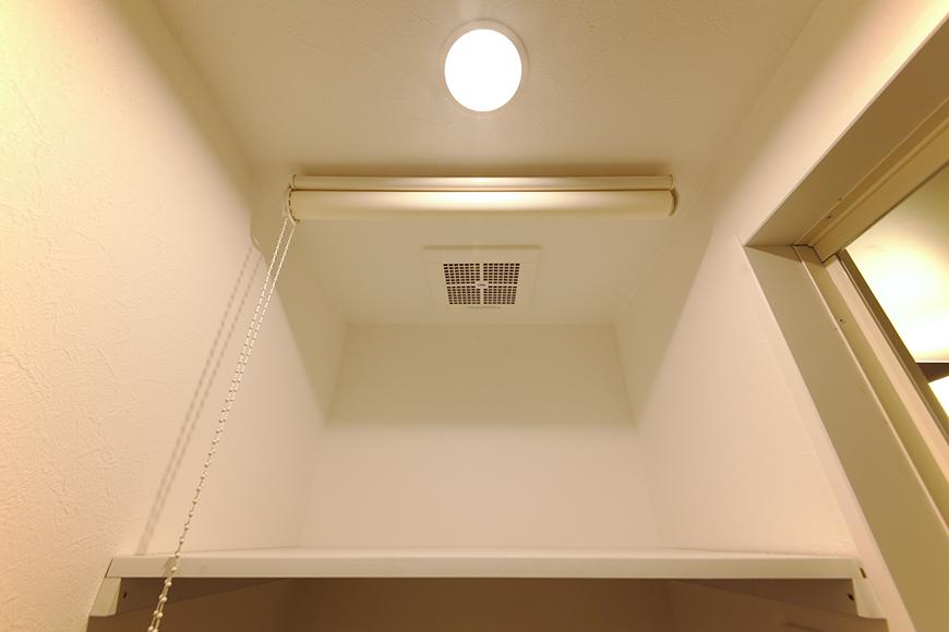 室内洗濯機置き場です!  上の棚にはロールカーテンで目隠しの配慮☆_MG_8352