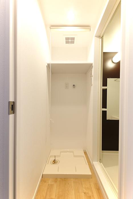 室内洗濯機置き場です!  上の棚にはロールカーテンで目隠しの配慮☆_MG_8360