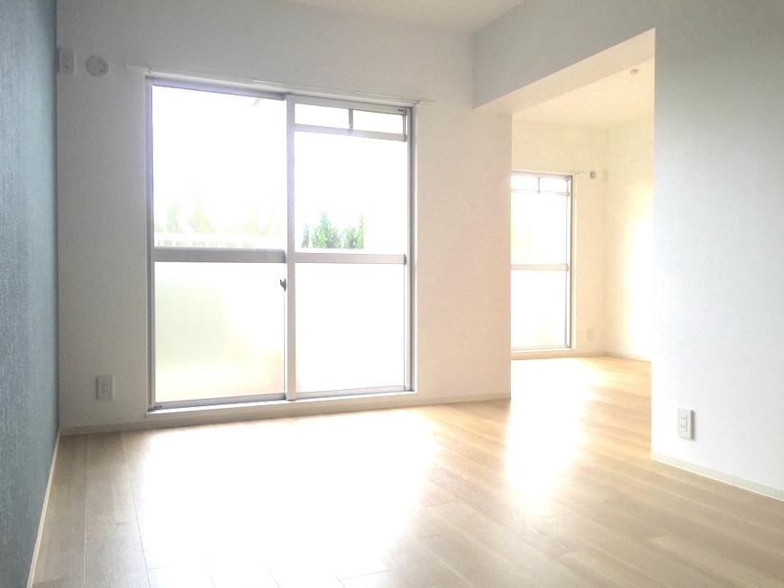 13:ターコイズブルーのある開放的な部屋_0750_1024