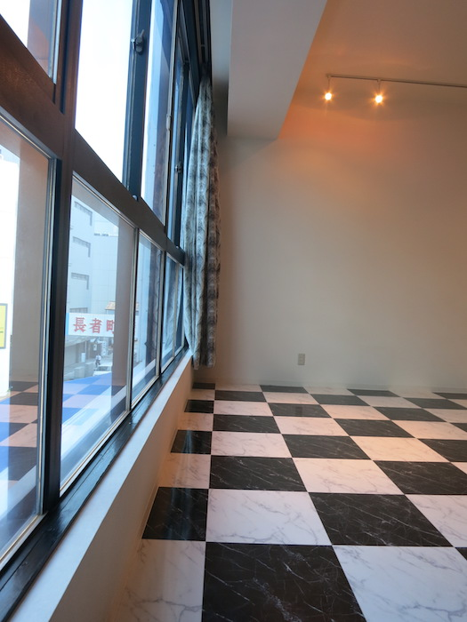 壁一面の大きな窓と格子柄の床_5703