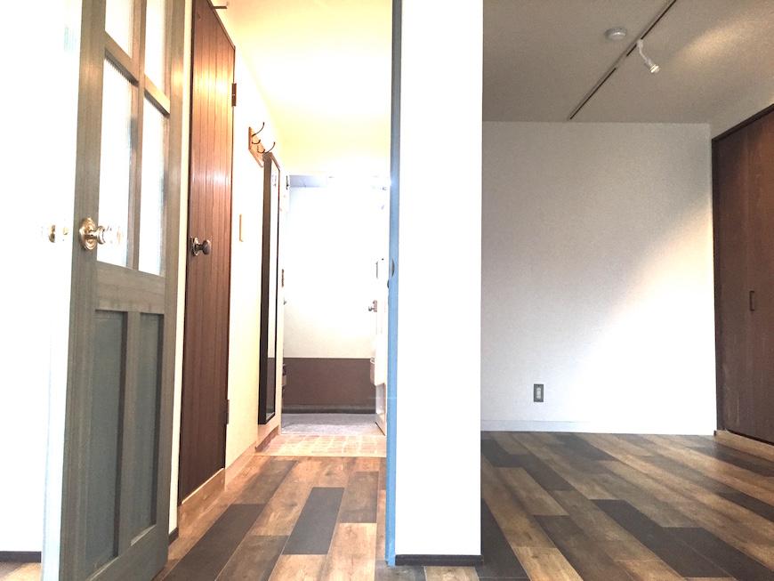 玄関と壁とリビングのコントラストヴィンテージ風景_0913