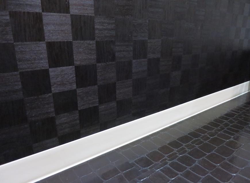 質感とデザインの異なる黒の壁と床_脱衣スペース_5751