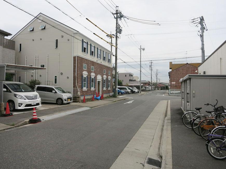セブンイレブンの駐車場を右手に歩いていけば、もうすぐそこにはプリマ八田壱番館♪_IMG_5407_rth