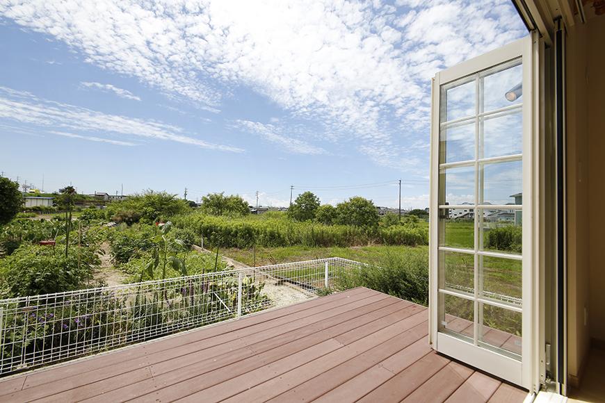 この大きな窓! 広がる空と緑!!  何とも贅沢なウッドデッキでしょうか・・・_MG_2654