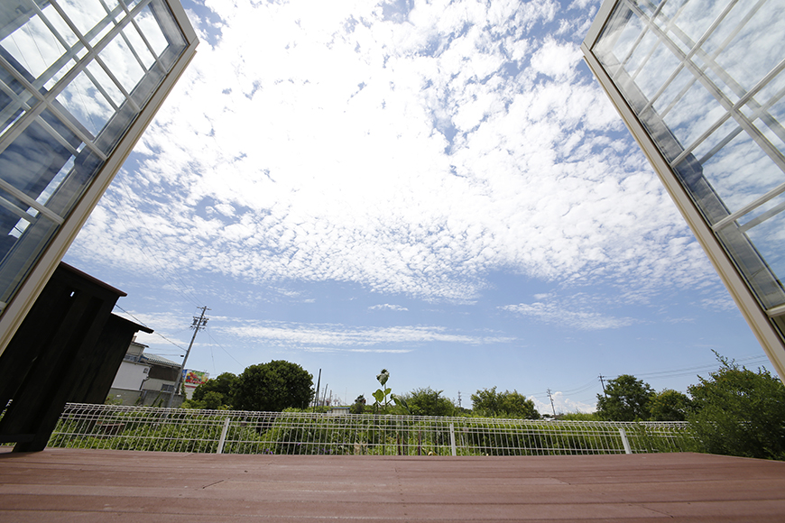 この大きな窓! 広がる空と緑!!  何とも贅沢なウッドデッキでしょうか・・・_MG_2668