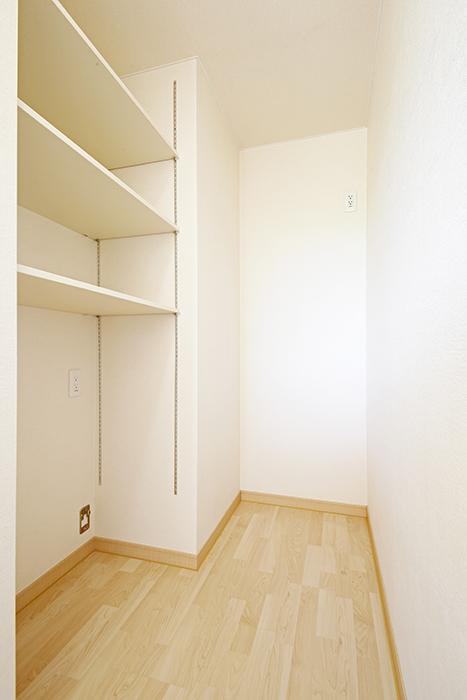 キッチンの奥には冷蔵庫置き場と自由に使える棚です!_MG_2692