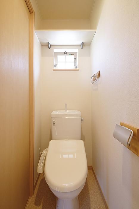清潔感溢れるトイレです!トイレにも窓があります!ポイント◎_MG_2767