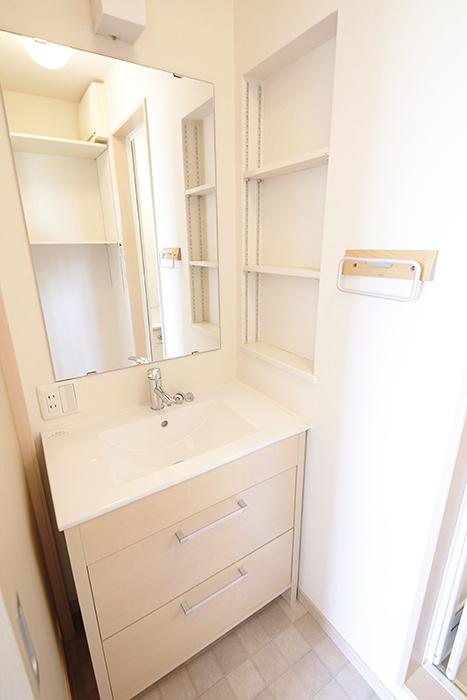 白を基調にした柔らかい色合いでスッキリとした独立洗面台☆_MG_2793