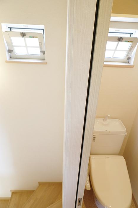 階段にもトイレにも窓があります!換気バッチリ☆_MG_2975