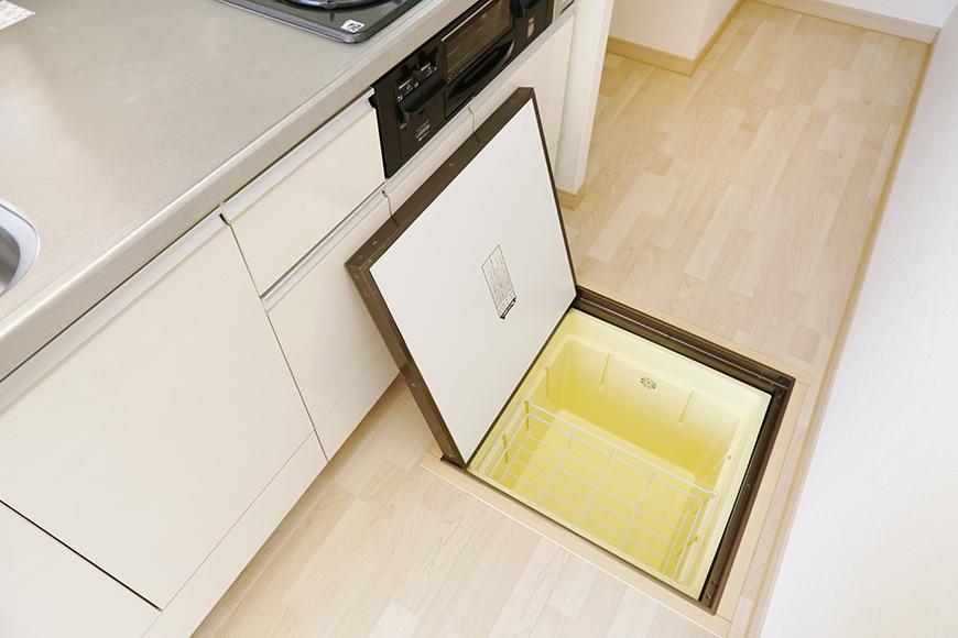 キッチンの足もとに収納スペースあります!_MG_3166