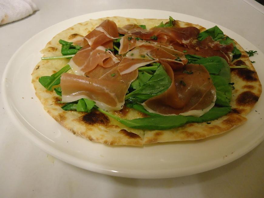 イタリア食堂_Makino_生ハムとルッコラのピッツァ