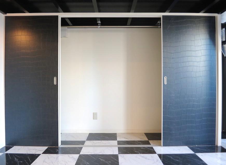 広々クローゼット。ロフト下収納とモノクロームな扉_5745
