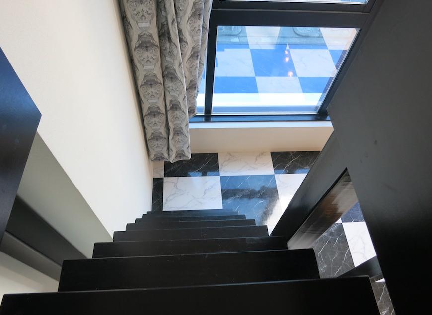 猫ちゃん目線_ロフトから階段下を見たところ_5713