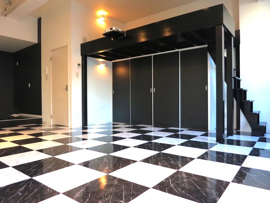 アコテパリジェンヌ室内_チェス柄、市松模様が広がる個性的な空間。
