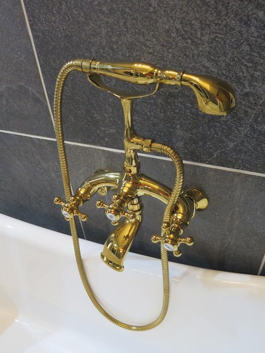 ホテルのような・・・ゴールド、真鍮のような猫足バスタブ_シャワーヘッド_5725