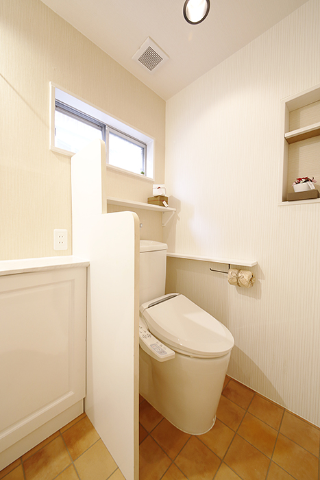 壁や床の温もりある色合いで、全体的にとっても落ち着く雰囲気のトイレスペースです_MG_0688