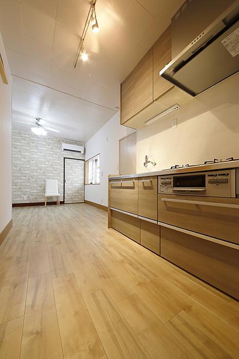 すりガラスの扉を開けると温もりのあるキッチンです_MG_0785