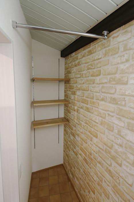 洗濯機置き場の反対側に収納棚、スペースあります_MG_0825