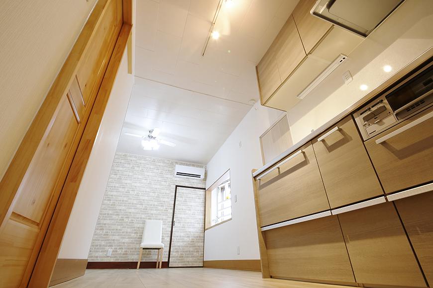 すりガラスの扉を開けると温もりのあるキッチンです_MG_0868