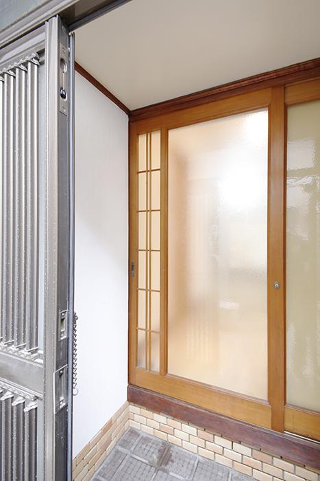 玄関を開けると、更にすりガラスの扉があります_MG_0903