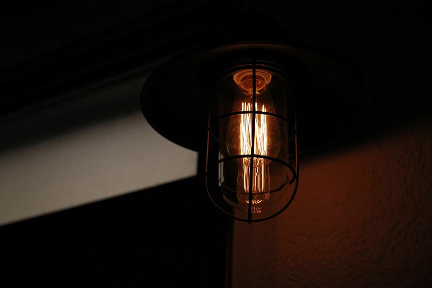 扉の上部にある照明は、夜になると玄関を素敵に演出・・・_MG_1157
