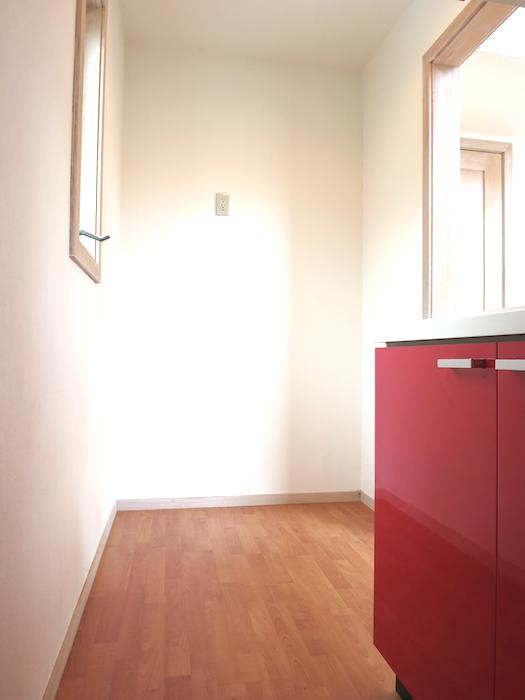 赤いキッチンがある味ある風景_6682