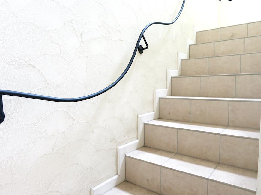 南欧テイストの階段_お洒落なアイアン手すり。IMG_6731
