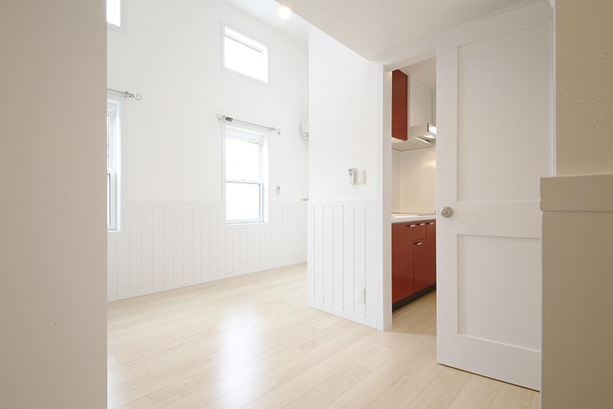 白い腰壁に赤いキッチンのお部屋_MG_3826