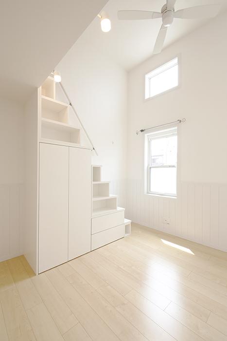 ロフトつきのお部屋。ロフトへは収納兼用の階段で。_MG_3909