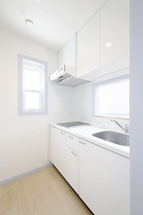 腰壁が水色のお部屋はキッチンは清潔感ある白色。_MG_4426
