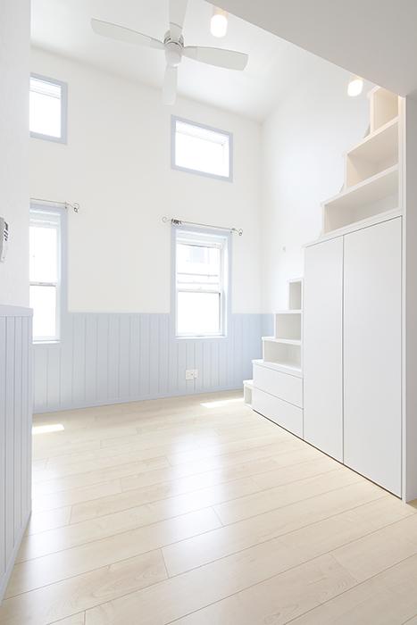 もちろん、人気の腰壁が水色のお部屋もあります♪_MG_4455