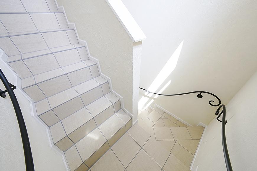 黒いアイアンの手すりの共用階段_MG_5387