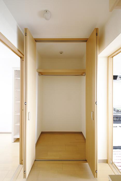 玄関には大きな収納スペースもあります_MG_8204